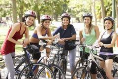 Groupe de femmes se reposant pendant le tour de cycle par le parc Photographie stock