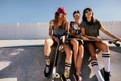 Groupe de femmes de sourire au parc de patin Images stock