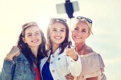Groupe de femmes de sourire prenant le selfie sur la plage image stock