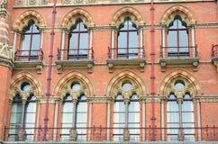 Groupe de fenêtres de victorian de brique rouge Photographie stock