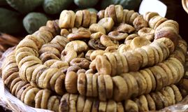 Groupe de Ficus carica de figues sèches pliées dans les rangées dans un panier sur le marché photographie stock