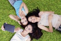 Groupe de filles adolescentes prenant la photo au champ Photographie stock libre de droits