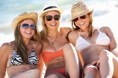 Groupe de filles appréciant des vacances Images libres de droits