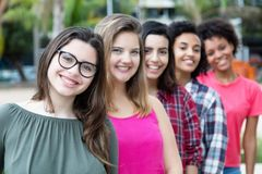 Groupe de filles assez internationales se tenant dans la ligne Image stock