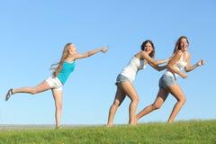 Groupe de filles d'adolescent jouant l'eau de lancement Images libres de droits