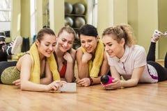 Groupe de filles dans la classe de forme physique à la coupure Image stock