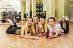 Groupe de filles dans la classe de forme physique à la coupure Photos stock