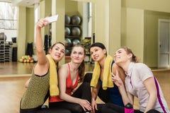 Groupe de filles dans la classe de forme physique faisant le selfi Image libre de droits
