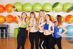 Groupe de filles dans la classe de forme physique faisant le selfi Photographie stock libre de droits