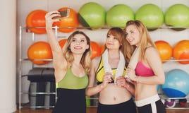 Groupe de filles dans la classe de forme physique faisant le selfi Photos libres de droits