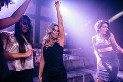 Groupe de filles dansant dans un bar Photographie stock libre de droits