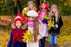 Groupe de filles en parc d'automne avec des feuilles Images libres de droits