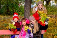 Groupe de filles en parc d'automne avec des feuilles Photo libre de droits