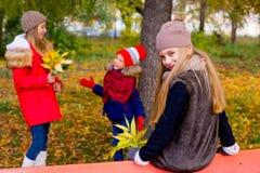 Groupe de filles en parc d'automne avec des feuilles Photos libres de droits