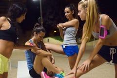 Groupe de filles faisant s'étirant la nuit Photos stock