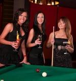 Groupe de filles heureuses buvant des cocktails Photographie stock