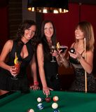 Groupe de filles heureuses buvant des cocktails Photos stock