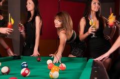 Groupe de filles heureuses buvant des cocktails Images stock