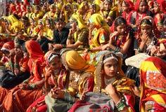 Groupe de filles indiennes dans le vêtement ethnique coloré Photo stock