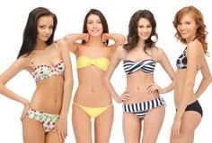 Groupe de filles modèles dans des bikinis Images libres de droits