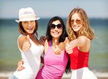 Groupe de filles refroidissant sur la plage Images stock