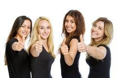 Groupe de filles se tenant avec des pouces Image libre de droits