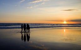 Groupe de filles sur le coucher du soleil Image stock