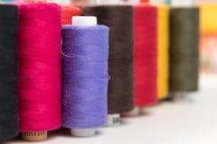 Groupe de fils de couture colorés en tant que fond coloré Images libres de droits