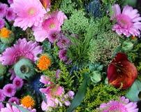 groupe de fleurs avec des gerberas à vendre sur le marché de fleur Photographie stock