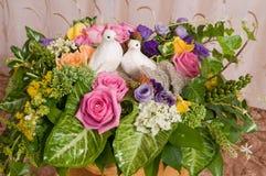 Groupe de fleurs avec des pigeons. Images libres de droits