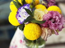 Groupe de fleurs dans un choc en verre Images stock