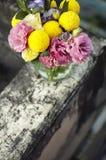 Groupe de fleurs dans un choc en verre Photos libres de droits