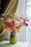 Groupe de fleurs dans un vase en verre Photo stock