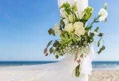 Groupe de fleurs dans un vase pour la cérémonie de mariage Sur le fond la mer Photographie stock