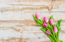 Groupe de fleurs des tulipes roses sur le bois de vintage pour le jour de valentines ou de mères Images stock