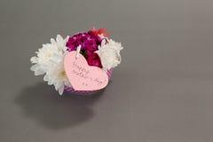 Groupe de fleurs fraîches avec la carte heureuse de jour de mères Photo libre de droits
