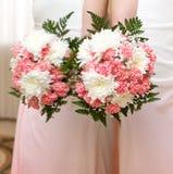 Bouquet de mariage des fleurs pour la jeune mariée Photo stock