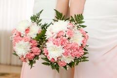Bouquet de mariage des fleurs pour la jeune mariée Images stock
