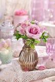 Groupe de fleurs roses dans le vase sur la table dans le style chic minable Image libre de droits