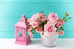 Groupe de fleurs roses tendres de roses et de lanterne décorative Photo libre de droits