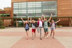 Groupe de fonctionnement heureux d'étudiants d'école primaire Photographie stock