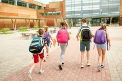 Groupe de fonctionnement heureux d'étudiants d'école primaire Photo stock