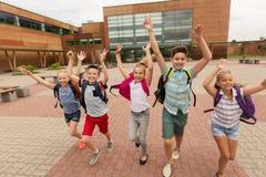 Groupe de fonctionnement heureux d'étudiants d'école primaire Images stock