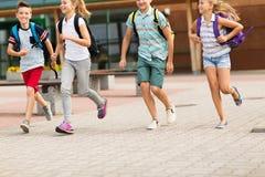 Groupe de fonctionnement heureux d'étudiants d'école primaire Images libres de droits