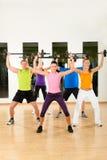 Groupe de forme physique avec le barbell en gymnastique Images stock