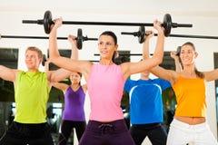 Groupe de forme physique avec le barbell en gymnastique Image libre de droits