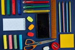 groupe de fournitures scolaires sur un fond bleu Photographie stock