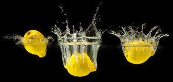 Groupe de fruits frais tombant dans l'eau images libres de droits