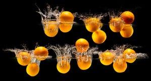 Groupe de fruits frais tombant dans l'eau photographie stock
