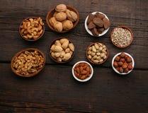 Groupe de fruits secs délicieux au-dessus d'un fond en bois Image libre de droits